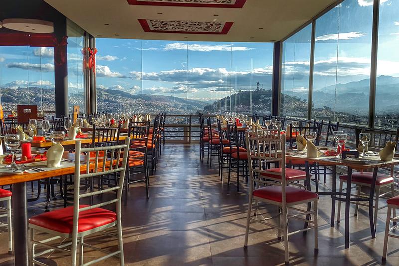 Vista exterior nocturna al restaurante | Restaurante El Ventanal